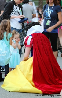Little girl excited to see this Snow White cosplay