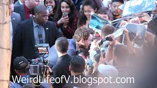 Chris Pratt taking photos with fans - Jurassic World Premiere