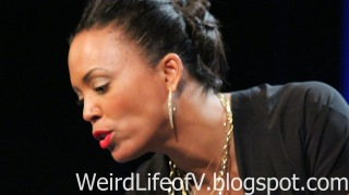 Aisha Tyler signing for fans