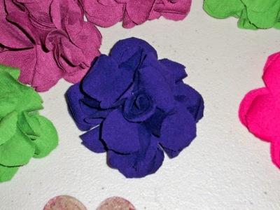 DIY: T-shirt fabric flower pins