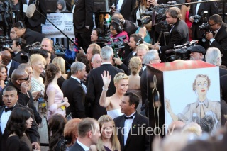 Charlize Theron waves to the fans