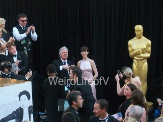 Anne Hathaway looking at the fan area at the 2013 Oscars