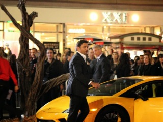 Manu Bennett arriving at the premiere