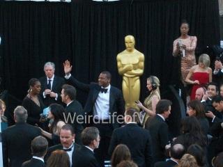 Chris Tucker waving to fans